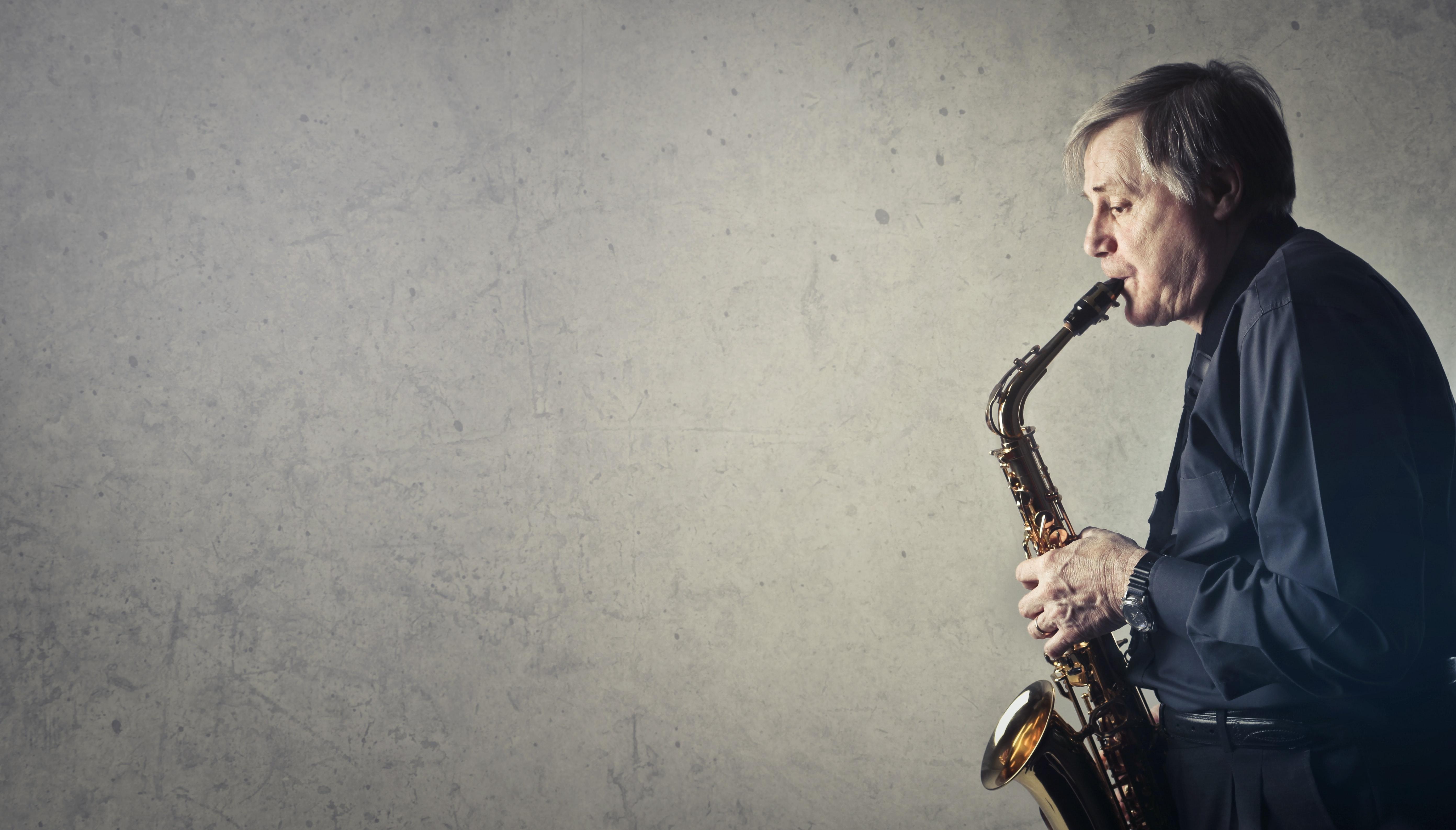 Mann som spiller jazz