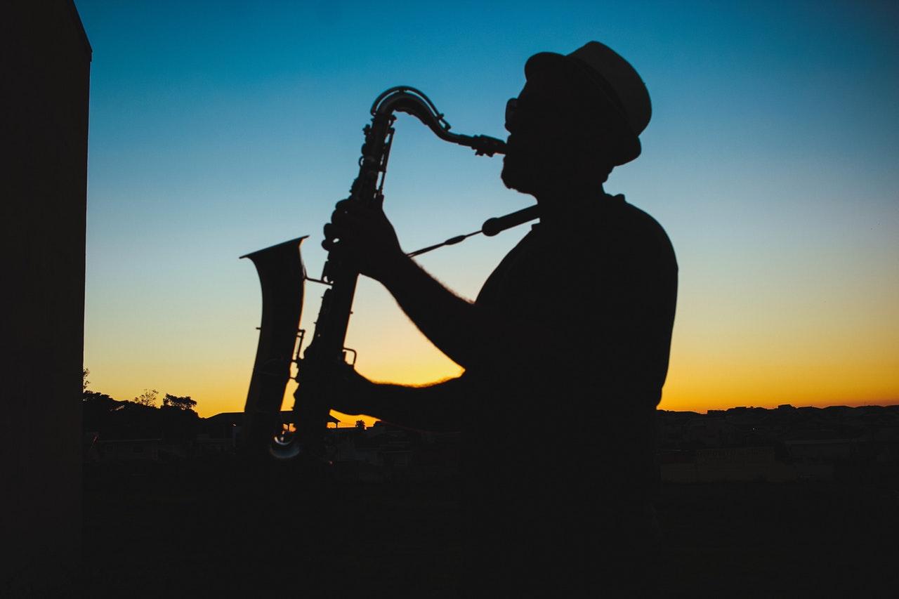 Saksofonist i solnedgang